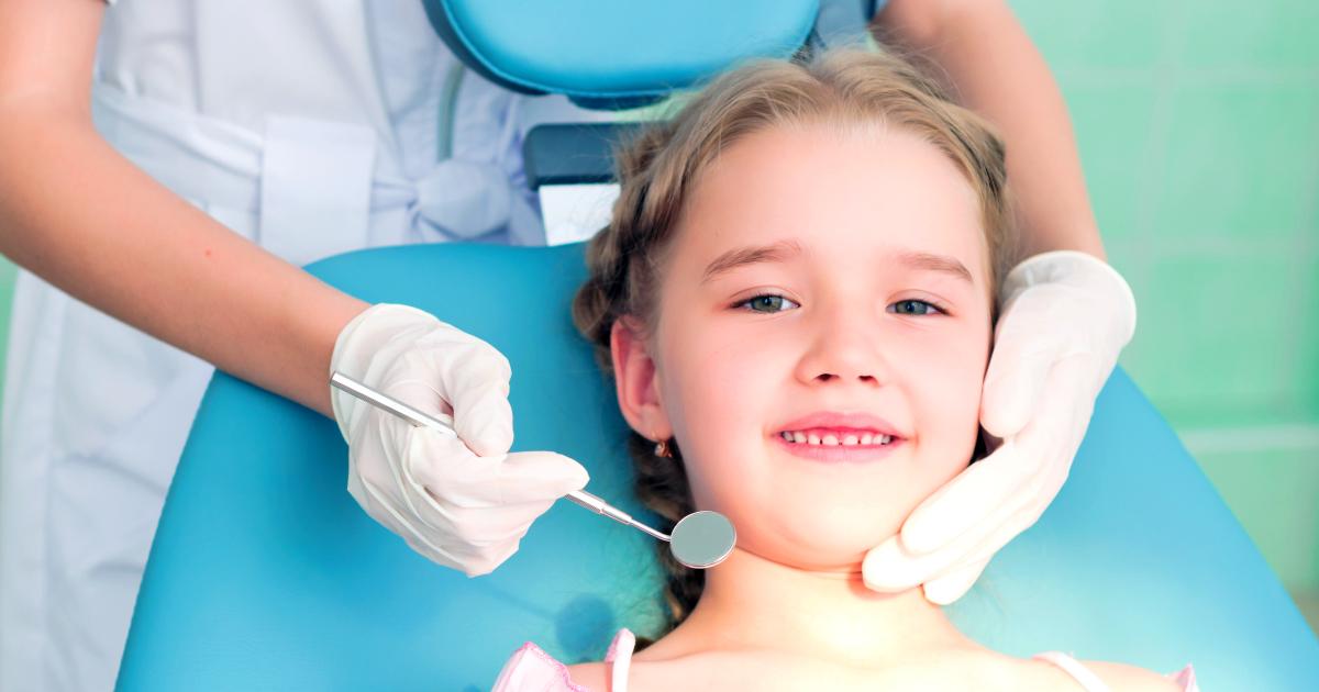 ms-blog_kids-at-dentist-girl-hand-mirror